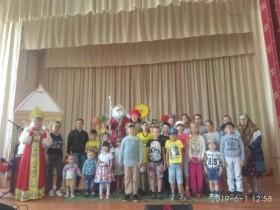 В первый день лета, посвящённый Дню защиты детей, собрал всех ребят Малиновский СДК. Пришли не только детишки, но и мамы, бабушки. Сказочно оформленная сцена, появление сказочницы настроило зрителей на волшебную праздничную волну.